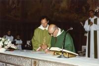 Moment que Mn. Manel Farré donava el relleu a Mn. Melcior com a nou rector de Ribes de Freser a l'Església de Santa maria de Ribes al setembre del 1988