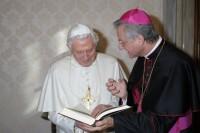 Mons. Vives lliura el Manual Digest al Sant Pare Benet XVI