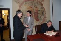 Mons. Jaume Pujol signa el Llibre d'Or de la Casa de la Vall