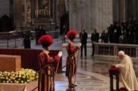 Benet XVI davant el sarcòfag de Joan Pau II