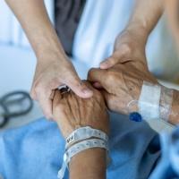 El Cardenal J.J. Omella escrbe sobre la eutanàsia.